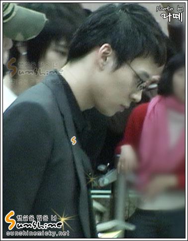 070228_tvxq_airport_yuchun_03.jpg