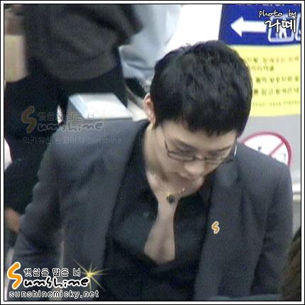 070228_tvxq_airport_yuchun_05.jpg