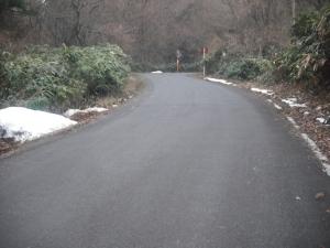 180221落ち葉を集めた山の道雪残る