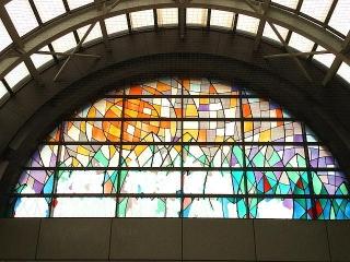 IMG_180117_1503 西神中央駅コンコースのステンドグラス_VGA