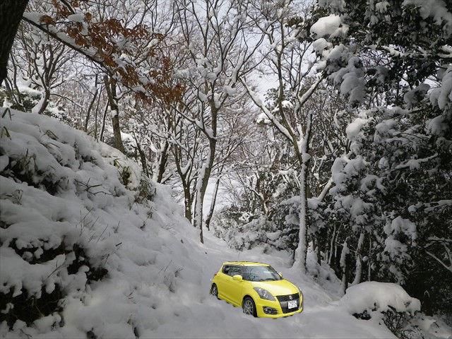 スイフト雪の中