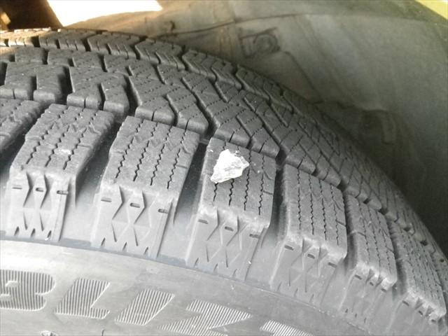 タイヤに石がくっついていた-2