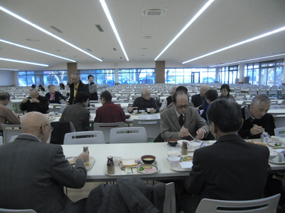 12 1200名が一度に食事できる食堂