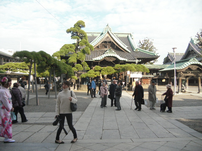 16 帝釈堂を参詣する人々