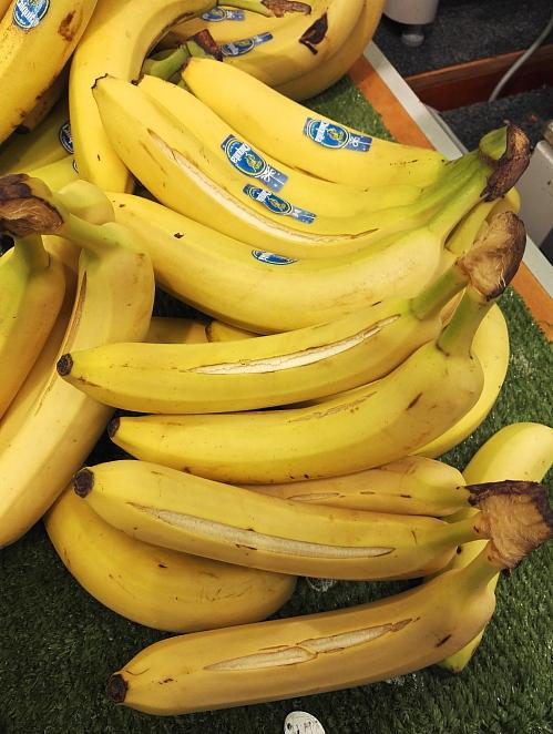 フィンランド 皮が割れてるバナナ Banaani