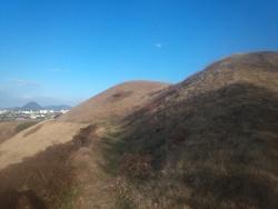 古墳から飯山を望む