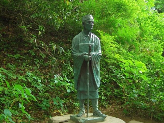 「奥の細道」300年を記念して建立された中尊寺 松尾芭蕉像