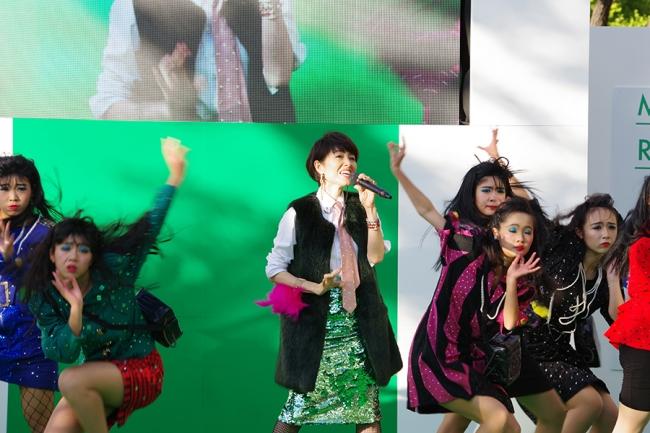荻野目洋子さんと登美丘高校ダンス部