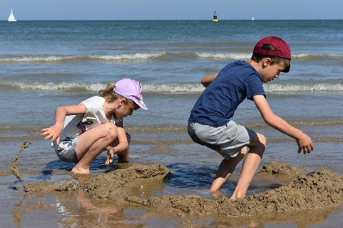05 500 kids playing with sand and water