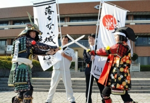 落ちない城「白旗城」でチャンバラ合戦(神戸新聞)