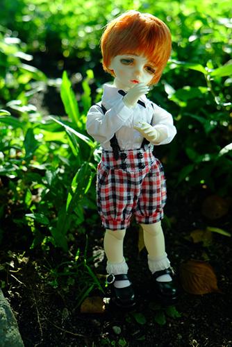 サスペンダーつきのショートパンツに着替えたDOLLZONE・Chocoのルネは、ちょっといいところの坊っちゃん風です。