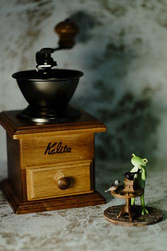 ツバキアキラが撮ったカエルのコポー。20年来愛用のコーヒーミルと一緒に。