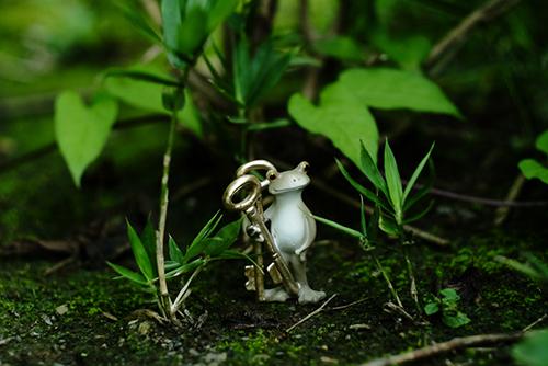 ツバキアキラが撮ったカエルのコポー。森の中で扉を探している、セピアカラーのコポタロウ。