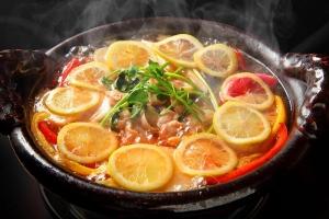 鶏つみれと根菜のレモン鍋