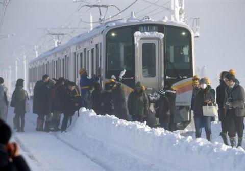 菅官房長官、大雪で立ち往生し430人の乗客を車内に15時間閉じ込めたままだったJR信越線の対応に不快感 「バス等の代替輸送の手配や自衛隊・消防への応援要請が適切に行われていたのか」