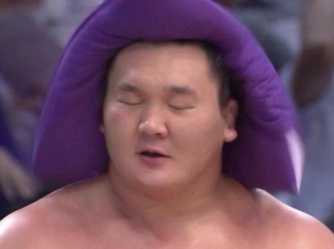 横綱・白鵬、張り手からのかちあげエルボーを封印された途端に弱くなる … 大相撲初場所4日目、嘉風にはたかれて呆然