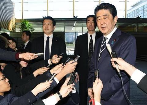 朝日新聞社説「安倍首相の平昌五輪の開会式出席表明は当然の判断。しかし合意で全てが解決したかのように振るまうのは不適切だ。元慰安婦らの心の傷をいかに癒やすかが合意の本質だ」
