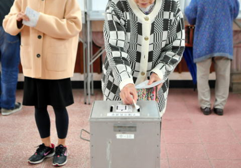 朝日新聞 「名護市長選、稲嶺氏敗北の大きな決め手になったのは、公明党支持者が本格的に参入してきた組織票によるものだ」
