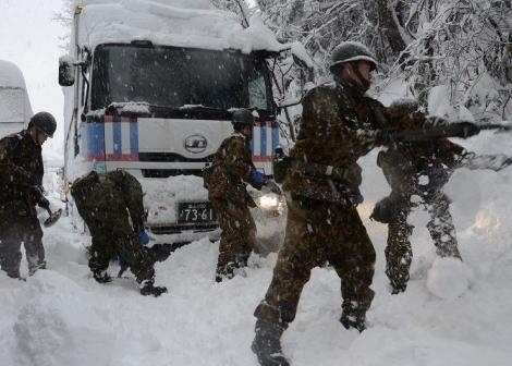 報ステ「福井の大雪による車の立ち往生、自衛隊が24時間で除雪できたのはわずか1.5キロ」→ 「雪かきの過酷さを理解していない」「リポーターにスコップ渡して1mでもやらせてみろ」と批判が殺到