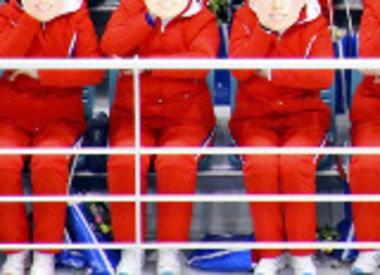 女子アイスホッケー韓国・北朝鮮合同チームを応援していた北朝鮮の女性応援団、突然、不気味なお面を顔にあてながら体を揺らすなど気味の悪い行動(画像)→ 韓国国内で物議醸す