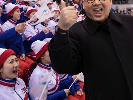 金正恩にそっくりな男、北朝鮮の美女軍団に接近→ 北朝鮮側の警備員につまみ出される(画像) … 開会式でもトランプ米大統領のそっくりさんとともに会場へ姿をみせて話題を呼ぶ