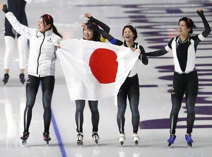 平昌五輪・女子パシュート、世界記録を持つ日本チームが2分53秒89の五輪新記録で金メダル … 高木美帆選手は冬季・夏季通じて女子選手で史上初となる金銀銅の全色メダルに