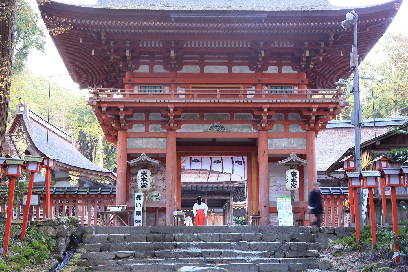 ブログ 東本宮の楼門.jpg