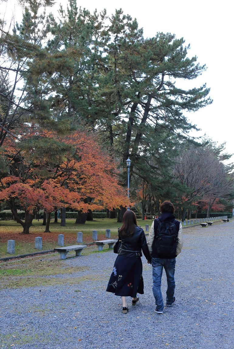 ブログ 御所を散歩するカップル.jpg
