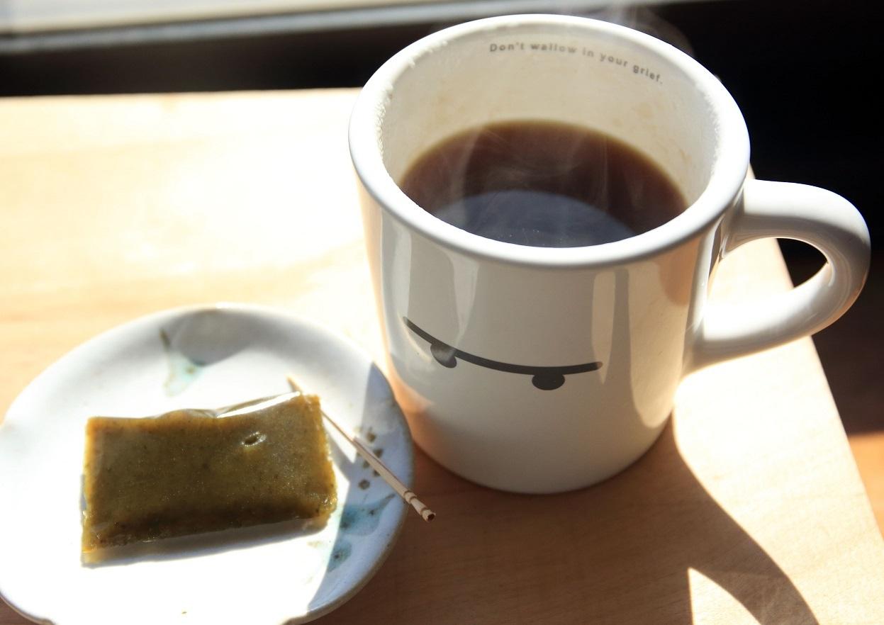 ブログ  窓辺のコーヒーと何故か抹茶羊羹.jpg