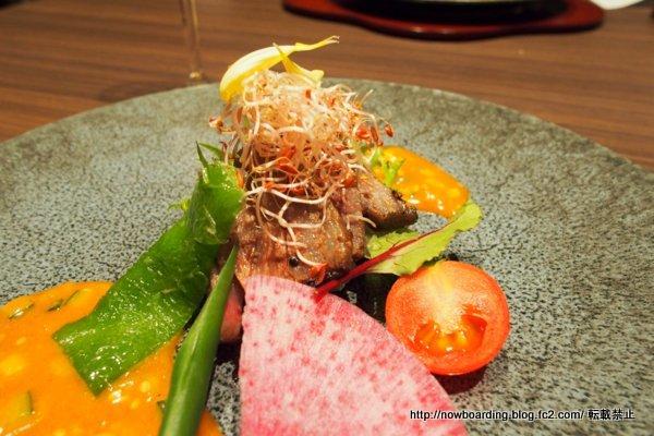 牛ロース網焼きダイス野菜ソース