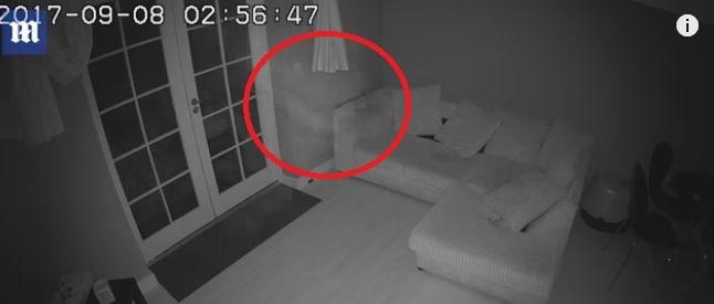 【幽霊】イギリスで家の中を「白い影の何か」が歩き回る映像がYouTubeに公開される!