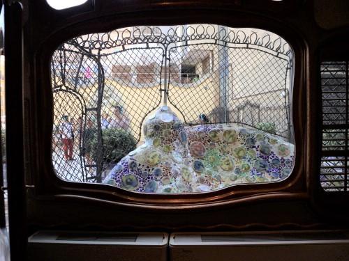 カサバトリョ窓から中庭(light)