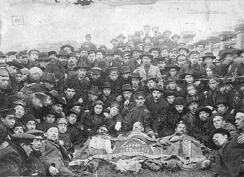 1905年、オデッサでのポグロムに際し殺害された同志の遺体を囲むユダヤ人ブンド党員。