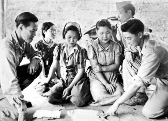 ビルマのミッチーナでアメリカ軍に捕らえられ尋問を受ける慰安婦。(1944年8月14日)