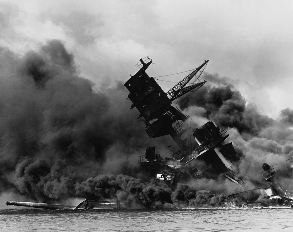 真珠湾攻撃で撃沈されるアリゾナ