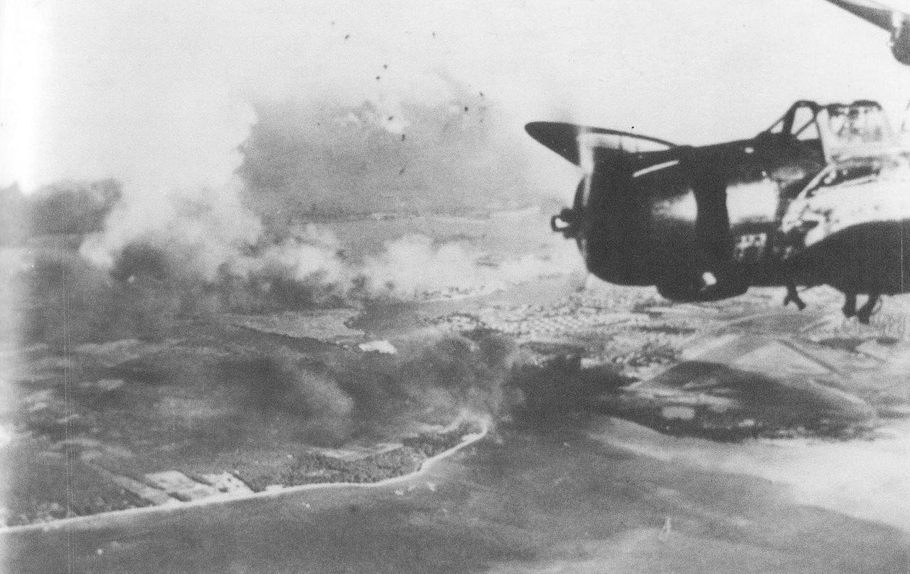 帰投する日本海軍機