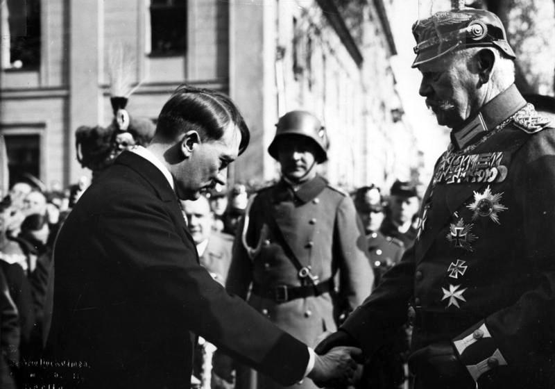ヒンデンブルク大統領と握手するヒトラー首相(1933年3月)