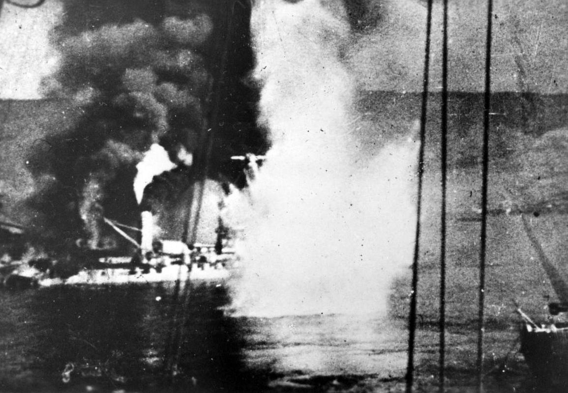 イギリス艦隊からの砲火を浴びる戦艦「ブルターニュ」