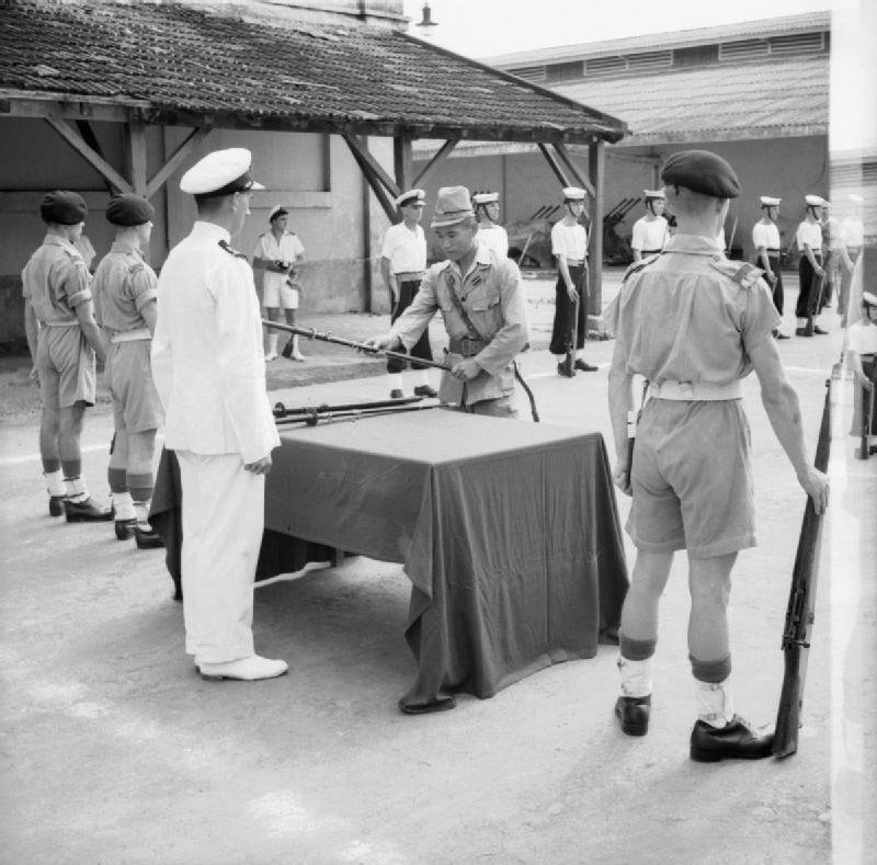 サイゴンにてイギリス軍に降伏する日本海軍将校