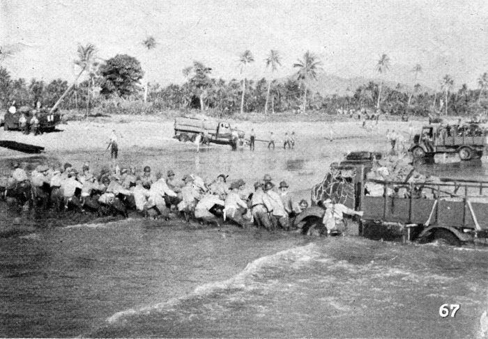 ジャワ島へ上陸する日本軍
