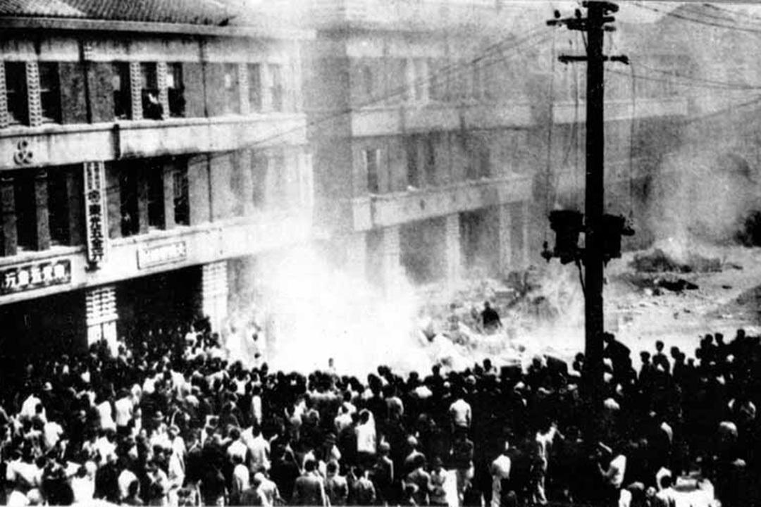 【二・二八事件】専売局台北分局前に集まった群衆(1947年2月28日)