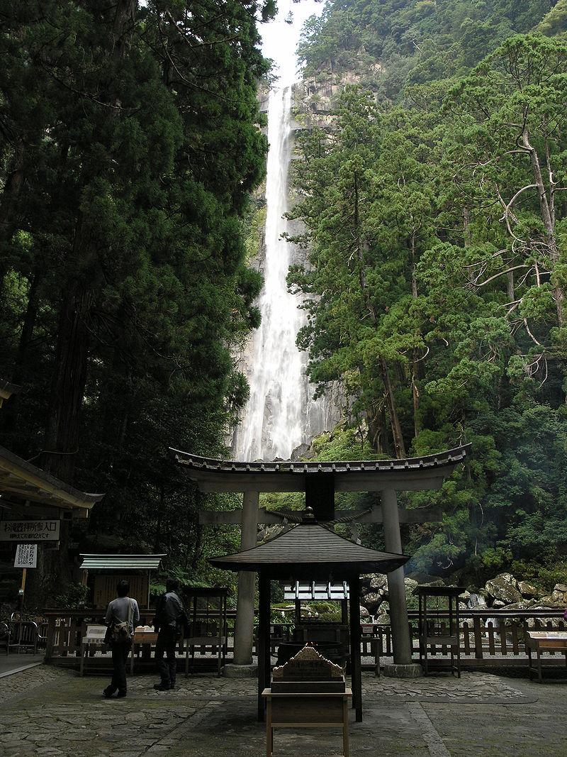 飛瀧神社境内から大滝を望む