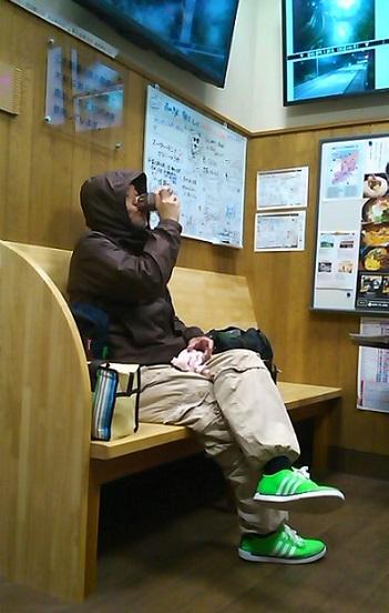 神戸行き夜行バスを待つ