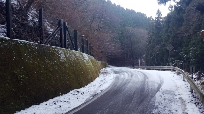 養老渓谷付近では昨晩の雪が14時頃でも残っていた