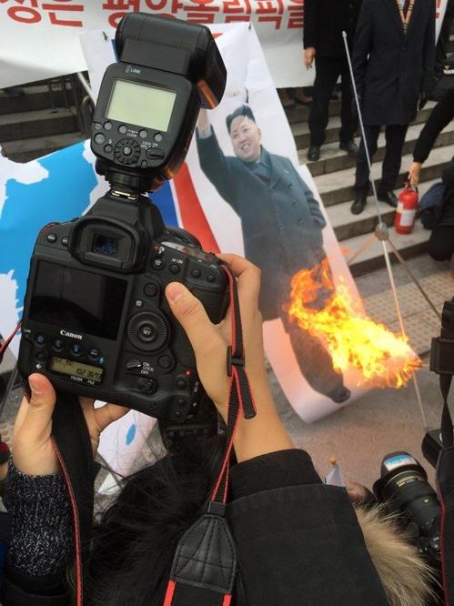 ②キムジョンウンの写真に放火!南北合同チームに非難殺到!