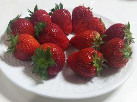【写真】いちご宅配のお客様に撮って頂いた白いお皿に並んだポレポレ苺