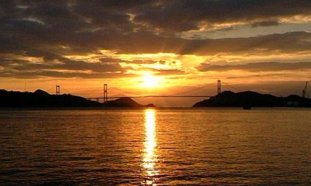 しまなみの海に昇るお正月の朝日と今治から瀬戸内海の島と島、そして本州とつなぐ橋(今治のゆきちゃんから)