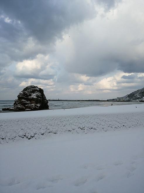 砂浜が雪に変わり光輝く日本海