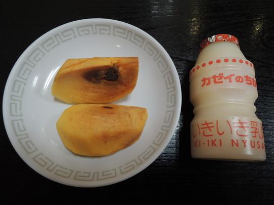 乳酸菌飲料「カゼイのちから」と柿