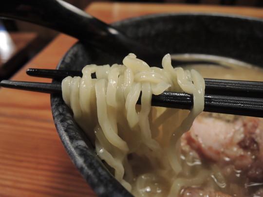 濃厚魚介豚骨ラーメンの麺